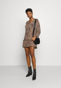 Missguided - NECK FRILL DETAIL SMOCK DRESS LEOPARD - Vestito estivo - stone - 1