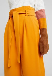 Vila - Spodnie materiałowe - golden oak - 4