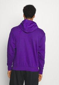 Nike Performance - NBA LOS ANGELES LAKERS ESSENTIAL HOODIE - Klubové oblečení - field purple/amarillo - 2