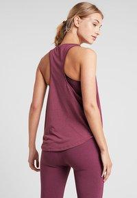Under Armour - WHISPERLIGHT TANK - T-shirt de sport - level purple/metallic silver - 2