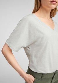 Q/S designed by - MIT V AUSSCHNITT - Basic T-shirt - white melange - 4