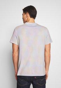 Guess - TREATED COLORFUL TEE - T-paita - cloud tie dye - 2