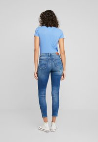Tommy Jeans - NORA MID RISE SKNY ANKL ZIPMNM - Jeans Skinny Fit - maine mid bl str - 2