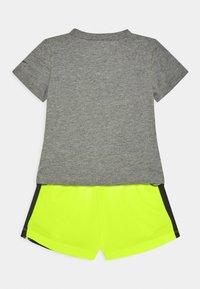 Nike Sportswear - SET - Shorts - volt - 1