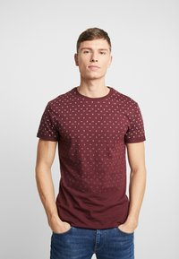 Pier One - T-shirt med print - bordeaux - 0