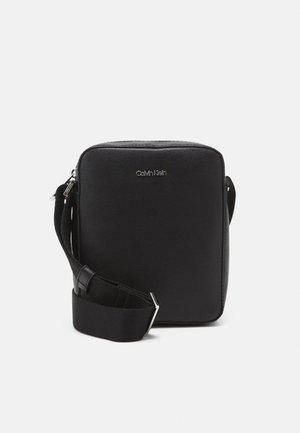 MINIMALISM REPORTER S - Across body bag - black