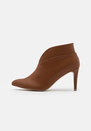 CURVE - Boots à talons - tan