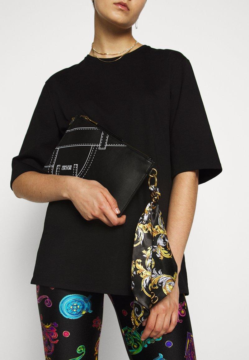 Versace Jeans Couture - CROSSBODY FLATCUCITURE PRINT - Borsa a tracolla - nero