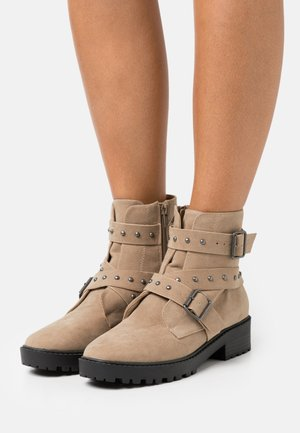 RILEY STUDDED LUG SOLE BOOT - Cowboy/biker ankle boot - taupe