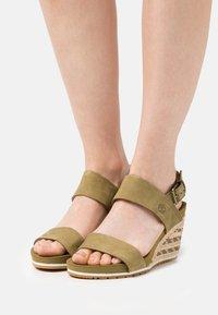 Timberland - CAPRI SUNSET WEDGE - Sandály na klínu - olive - 0