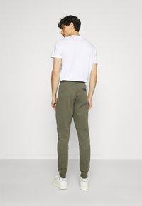 Tommy Hilfiger - MODERN ESSENTIALS PANTS - Pantaloni sportivi - utility olive - 2