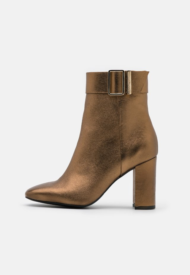 METALLIC SQUARE TOE BOOT - Botki na obcasie - dark gold