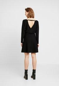 Forever New - MADELYN BELTED DRESS - Strickkleid - black - 3