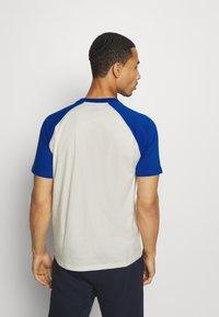 Champion - LEGACY CREWNECK  - T-shirt med print - off-white/blue - 2