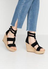 UGG - KOLFAX - Sandály na vysokém podpatku - black - 0