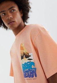 PULL&BEAR - MIT FARBLICH ABGESETZTEM SLOGAN - Print T-shirt - orange - 5