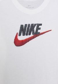 Nike Sportswear - TEE FAUX EMBROIDERY - Triko spotiskem - white - 2