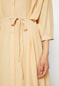 Moss Copenhagen - BENEDICTE MELODY 3/4 DRESS - Shirt dress - croissant - 5