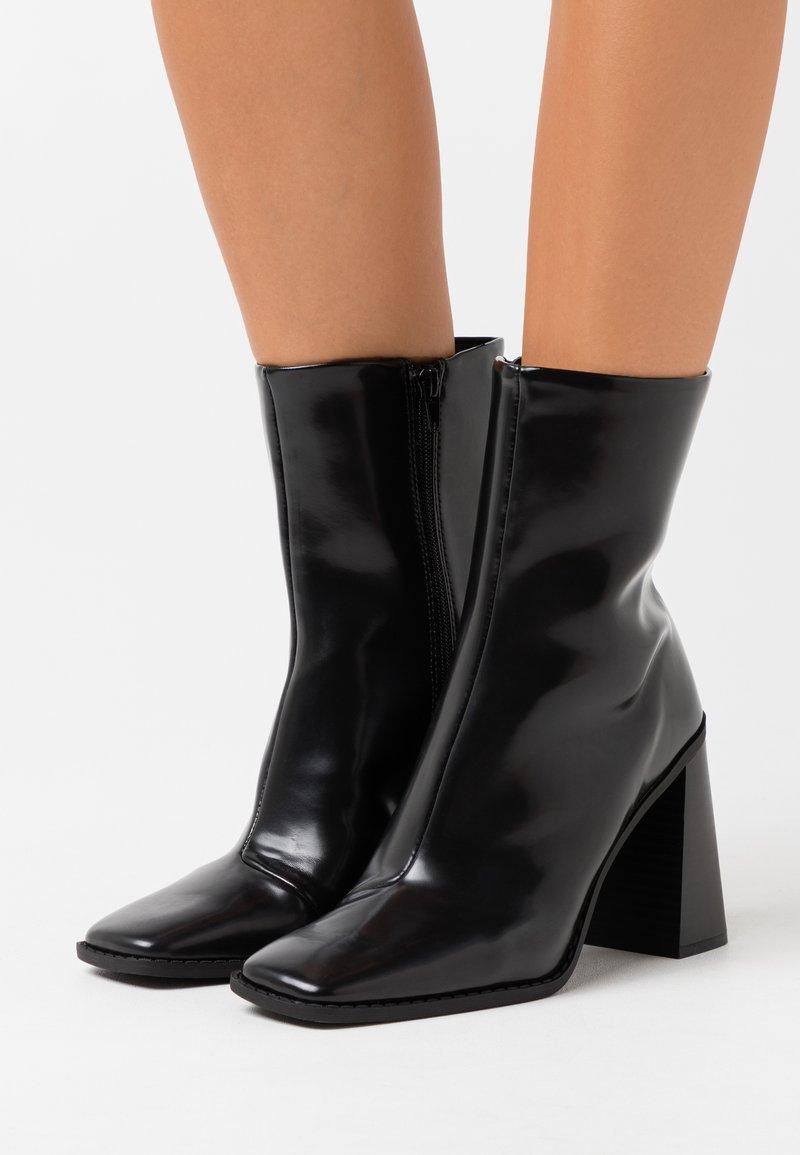Monki - VEGAN ROBBIE BOOT - Kotníková obuv na vysokém podpatku - black dark