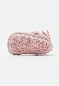 UGG - JESSE BOW II SHIMMER - Chaussons pour bébé - pink cloud - 4