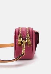 Coach - WILLOW CAMERA ADJUSTABLE CROSSBODY - Across body bag - rouge multi - 4