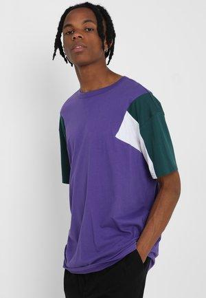 BOXY TEE - Print T-shirt - ultra violet/jasper/white