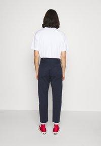 Edwin - UNIVERSE PANT CROPPED - Pantalon classique - navy blazer - 2
