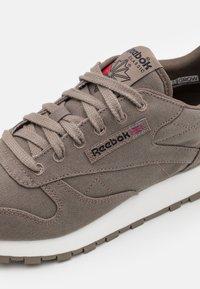 Reebok Classic - CL LTHR GROW UNISEX - Sneakers - trek grey/chalk - 5