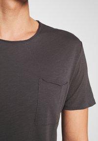 Marc O'Polo - SHORT SLEEVE ROUND NECK CHEST POCKET - T-shirt basic - gray pinstripe - 4