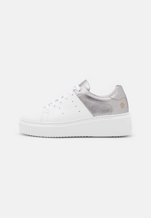 MELODY - Sneakersy niskie - white/old silver
