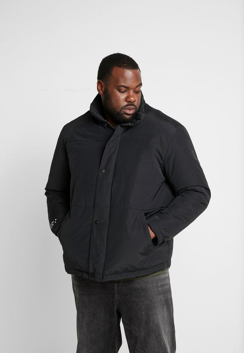 Jack & Jones - JCONOAH SHORT PUFFER - Zimní bunda - black