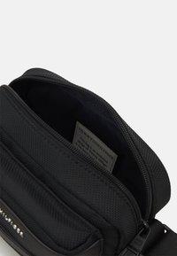 Tommy Hilfiger - ELEVATED CAMERA BAG UNISEX - Across body bag - black - 2