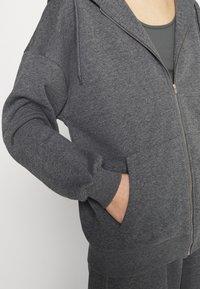 NA-KD - NA-KD X ZALANDO EXCLUSIVE ZIP HOODIE - Sweat à capuche zippé - dark grey - 4