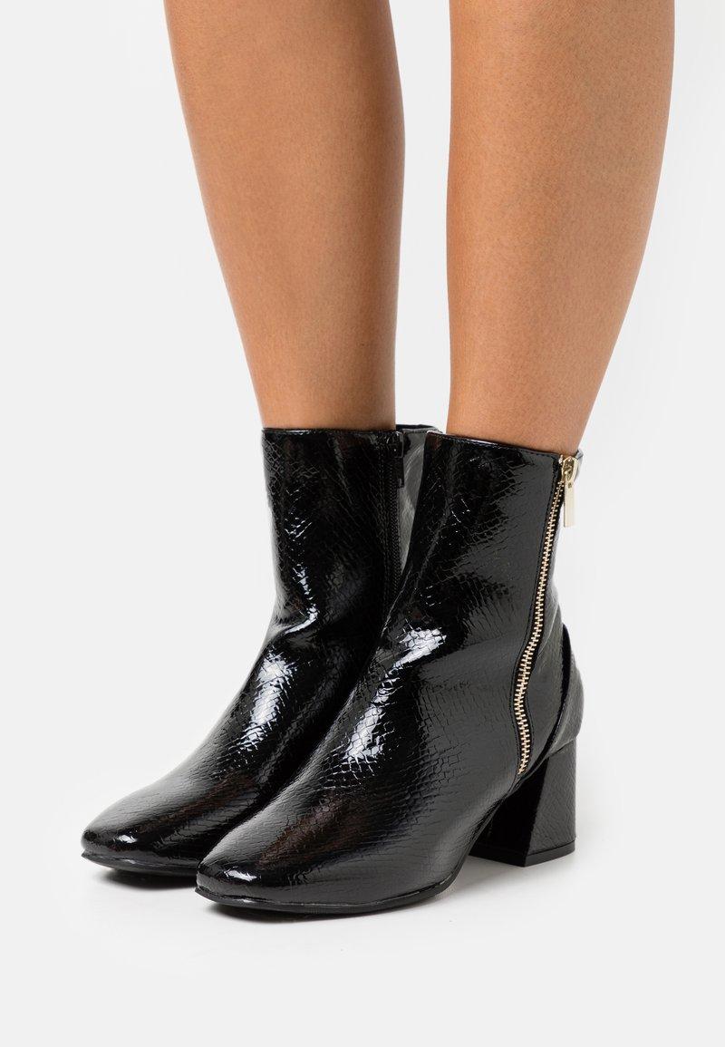 Miss Selfridge - BILLION - Kotníkové boty - black