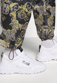 Versace Jeans Couture - RISTOP LOGO BAROQUE - Pantaloni sportivi - nero - 3
