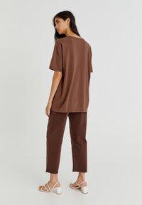 PULL&BEAR - Print T-shirt - mottled light brown - 2