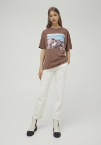 PULL&BEAR - T-shirt con stampa - mottled brown - 1