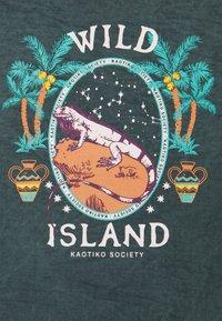 Kaotiko - CREW TIE DYE WILD ISLAND - Sweatshirt - mucha arena verde bosque - 2