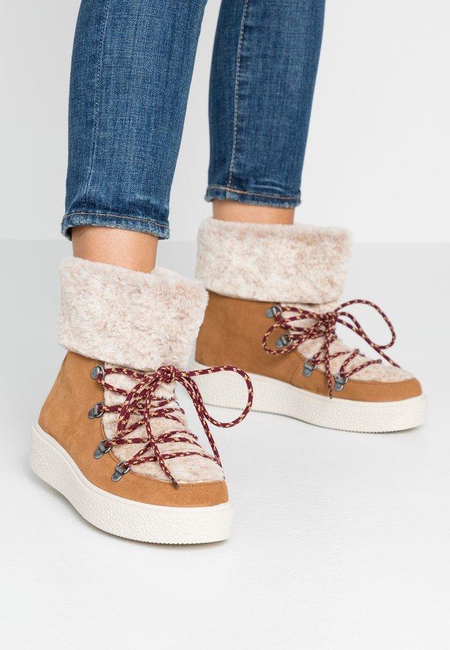 UTOPÍA RELIEVE APRESKY - Platform ankle boots - camel