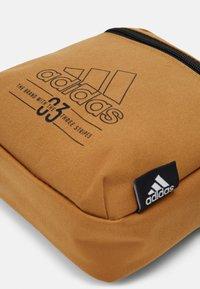 adidas Performance - BRILLIANT BASICS SPORTS ORGANIZER BAG UNISEX - Taška spříčným popruhem - mesa/black - 4