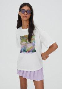 PULL&BEAR - T-shirt med print - white - 0