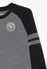 Abercrombie & Fitch - FOOTBALL TEE - Langærmede T-shirts - grey/black - 3