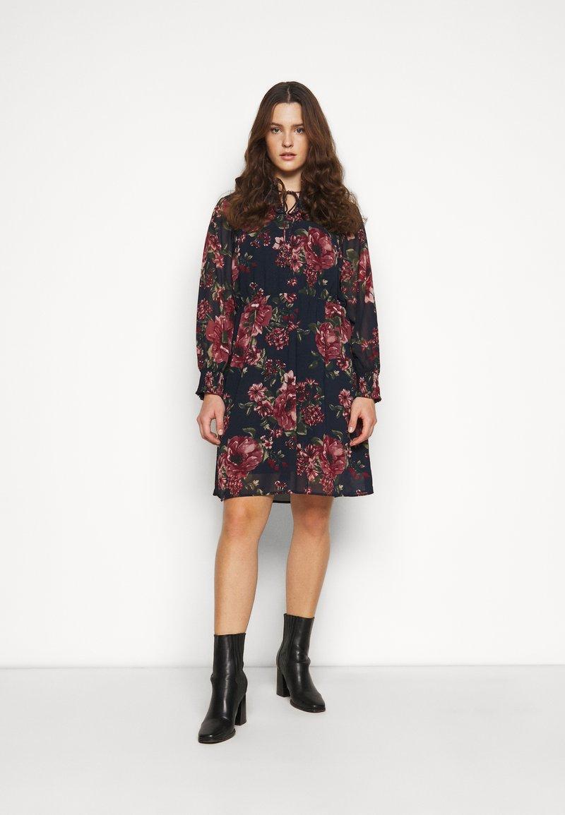 Vero Moda Curve - VMNEWSUNILLA SMOCK DRESS  - Day dress - navy blazer/newsunilla