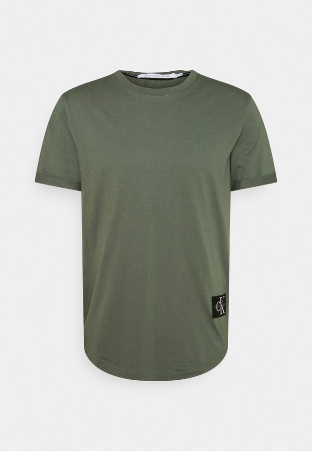 BADGE TURN UP SLEEVE - Basic T-shirt - duck green