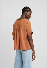 AMOV - CAMILLE BLOUSE - Pusero - amber - 2
