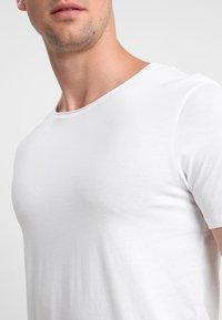Selected Homme - SLHLUKE O-NECK TEE - T-shirt - bas - bright white - 4
