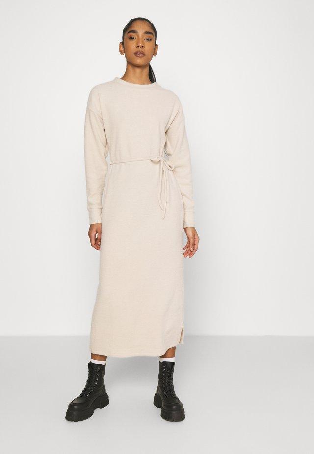COSEY BELTED MIDI - Gebreide jurk - camel