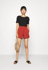 TOM TAILOR DENIM - RELAXED - Shorts - rust orange - 1