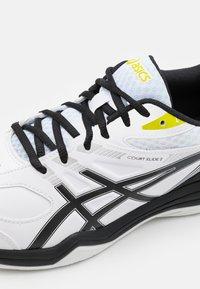 ASICS - COURT SLIDE 2 - Tenisové boty na všechny povrchy - white/black - 5