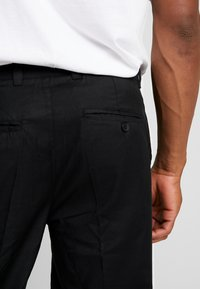 Bellfield - MENS CROPPED TROUSER - Trousers - black - 5